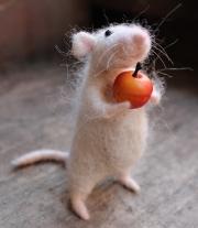 мышонок с яблочком