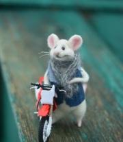 Мышонок-мотоциклист