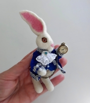 Брошь ,, Белый кролик ,, . Алиса в стране чудес.